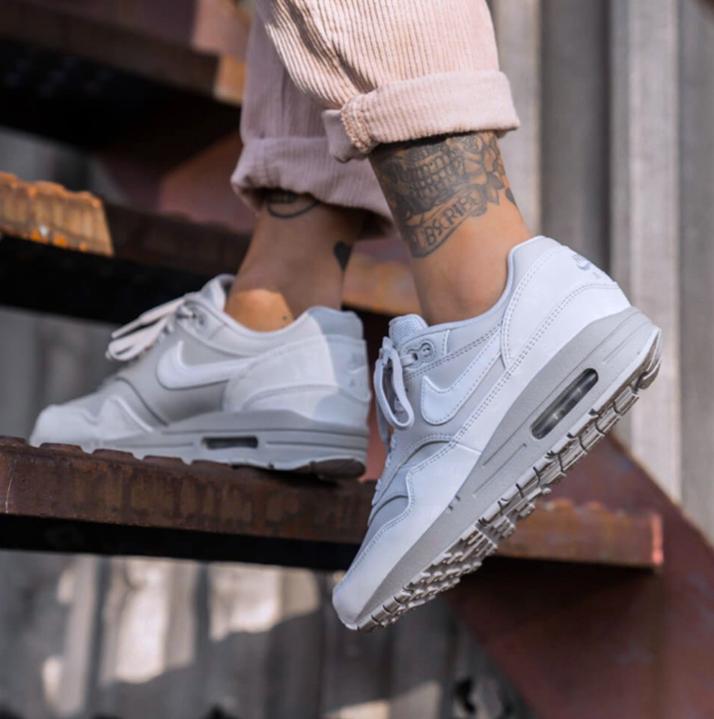 https://hoodshop.eu/wp-content/uploads/2019/05/hoodshop-Nike-Womens-Air-Max-1-LX-Pure-Platinum-2-800-apavi.jpg