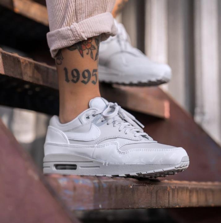 https://hoodshop.eu/wp-content/uploads/2019/05/hoodshop-Nike-Womens-Air-apavi-Max-1-LX-Pure-Platinum-2-800-apavi.jpg